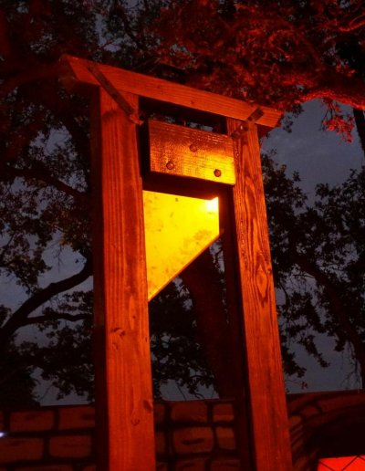 guillotine-night-glow-sharp-decor-heartstoppers